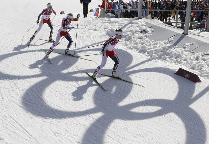 Tres esquiadoras noruegas completan en los primeros lugares la prueba de esquí de 30 kilómetros en Sochi. (Agencias)