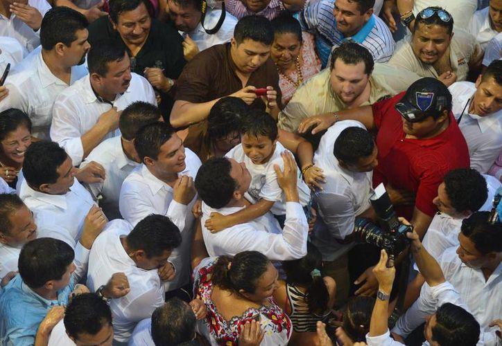 La lluvia no fue impedimento para que el Gobernador de Yucatán baje del balcón del Palacio de Gobierno para saludar a la gente que acudió a apoyarlo en el Palacio de Gobierno. (Milenio Novedades)