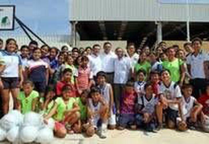 Deportistas de Umán con el gobernador Rolando Zapata Bello. (SIPSE)