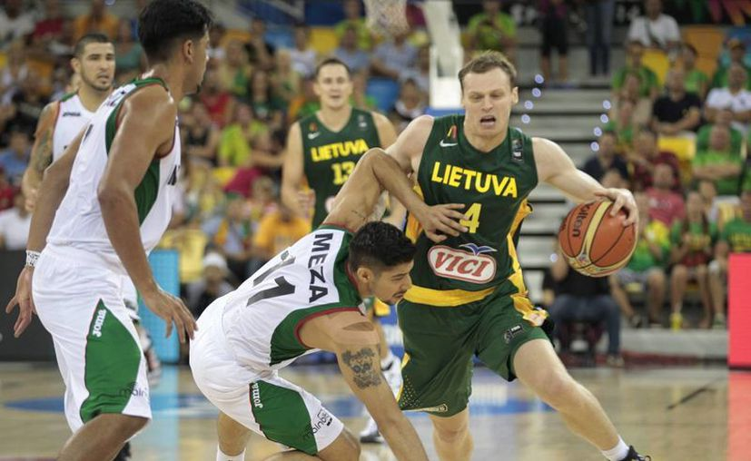 Los mexicanos sorprendieron a Lituania con una gran primera mitad, pero la ausencia de Gustavo Ayón por faltas pesó en el tercer cuarto. (Notimex)