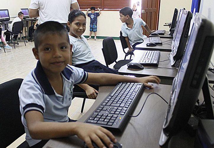 Durante la ceremonia de inicio del ciclo escolar en Solidaridad, se inauguró un centro de cómputo en la primaria Leona Vicario.  (Redacción/SIPSE)