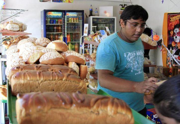 El gremio agrupa a 30 panaderías que no planean subir precios: el pan dulce se vende a $5 y $6; la barra, a $5 y la telera, a $2.50. (Ángel Castilla/SIPSE)