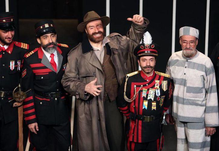 Bruno Bichir (segundo desde la izquierda), quien ha actuado junto con su padre y su hermano Odiseo en la obra 'El último preso o la policía', dijo estar feliz por lo bien que les va a los cineastas mexicanos en el extranjero, en particular a Alejandro G. Iñárritu. (Notimex)