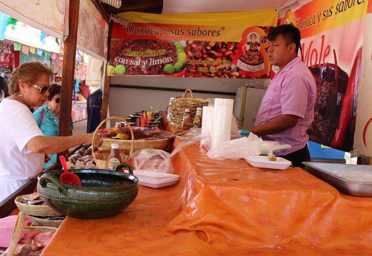 Los asistentes pueden consumir tamales, enmoladas, aguas de horchata dulces y nieves típicas. (Foto: Adrián Barreto)