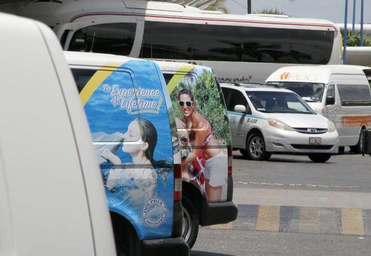 En el Aeropuerto Internacional de Cancún, hay automóviles que cuentan con placas federales y otras sólo con el logotipo de la empresa a la que pertenecen. (Israel Leal/SIPSE)