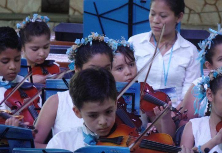 Niños integrantes del proyecto Filarmonía dieron un magno concierto en la Riviera Maya. (Cortesía)
