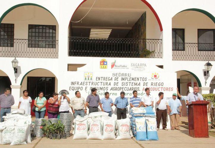 Dentro del protocolo, el alcalde entregó semillas de maíz e implementos diversos. (Cortesía/SIPSE)