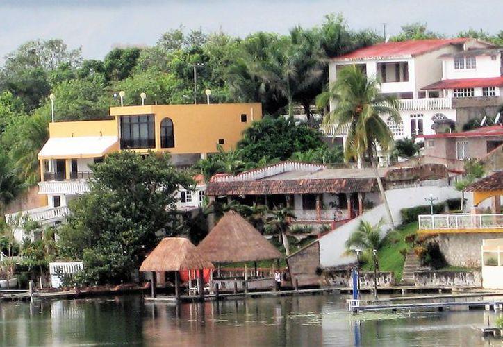 Este mes comenzarán las labores de instalación del drenaje sanitario en viviendas de la costa de Bacalar. (Javier Ortiz/SIPSE)