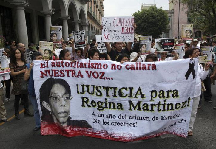 Periodistas marchan para exigir justicia por la muerte de la periodista Regina Martínez y el fin a los ataques a la prensa en Veracruz. (AP/Félix Márquez)