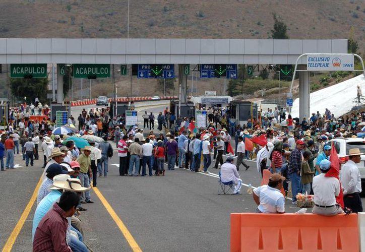 Los docentes liberaron las autopistas al filo de las 15:00 horas. (Notimex)