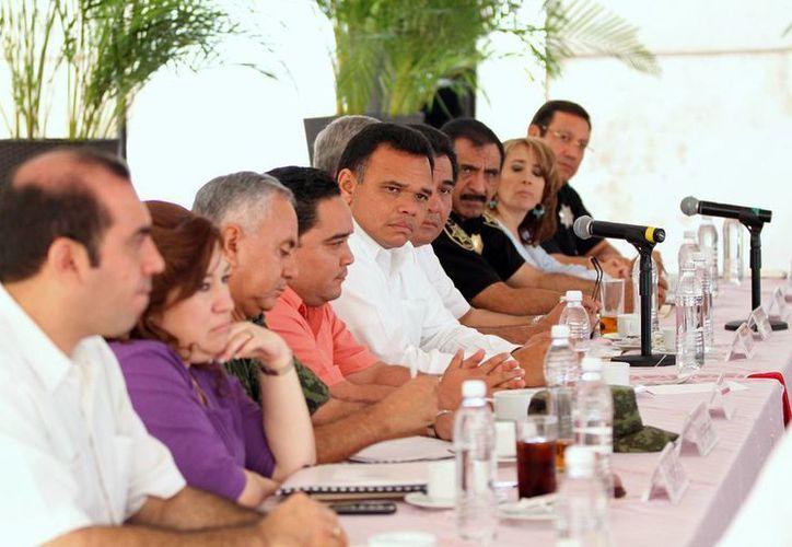 Ayer, el gobernador Rolando Zapata encabezó en Dzilam de Bravo una reunión regional de seguridad pública, con autoridades estatales y federales, Fuerzas Armadas y alcaldes de municipios costeros. (Cortesía)