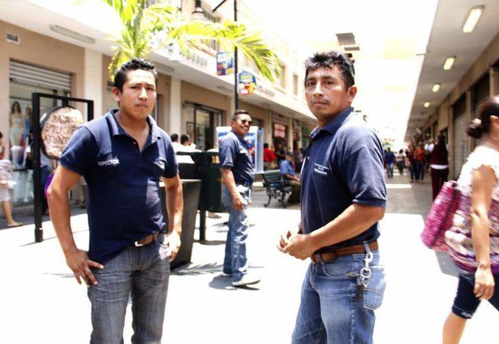 Inspectores municipales le llamaron la atención a los informales hasta que vieron que eran retratados por el fotógrafo de Milenio. (Albornoz/SIPSE)