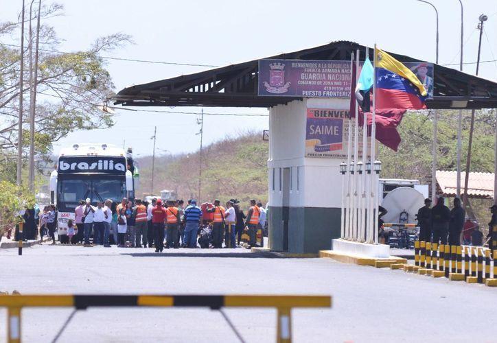 Integrantes de la Guardia Nacional Bolivariana impiden el paso hacia Venezuela. (Archivo/EFE)