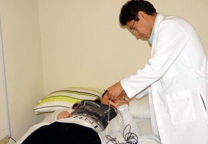 Activarán las neuronas de la corteza cerebral con estimulación magnética transcraneal para que los pacientes se recuperen de síntomas depresivos. Imagen de un médico mientras prepara a un paciente para sus estudios. (Milenio Novedades)