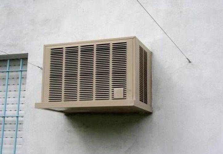 Los aires acondicionados de ventana aunque combaten el calor, generan contaminación sonora. (Foto de Contexto/Internet)