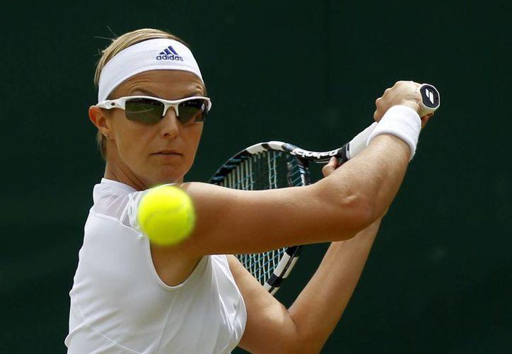 A pesar de la distracción que resultó ser el cronista deportivo de la BBC, Kirsten Flipkens ganó el partido que sostuvo contra la italiana Flavia Pennetta. (Agencias)