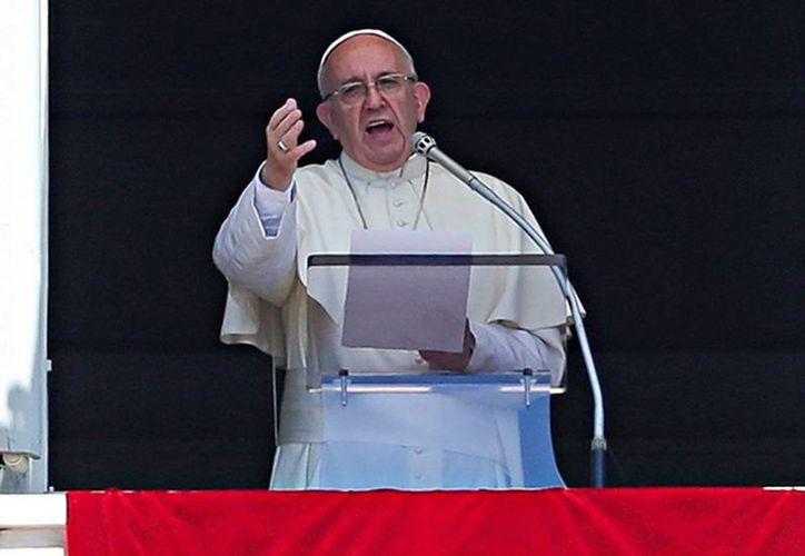 Durante su audiencia dominical, Francisco denunció la muerte de personas inocentes en la guerra civil siria y cuestionó la voluntad de las potencias mundiales para resolver el conflicto. (Excelsior)
