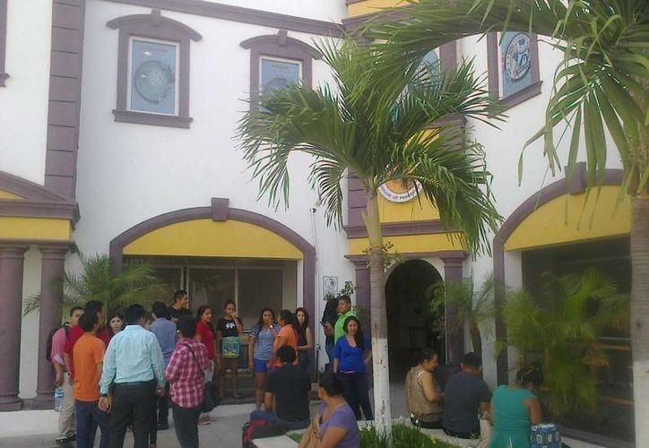 Alumnos se manifiestan en la Universidad del Sur. (Redacción/SIPSE)