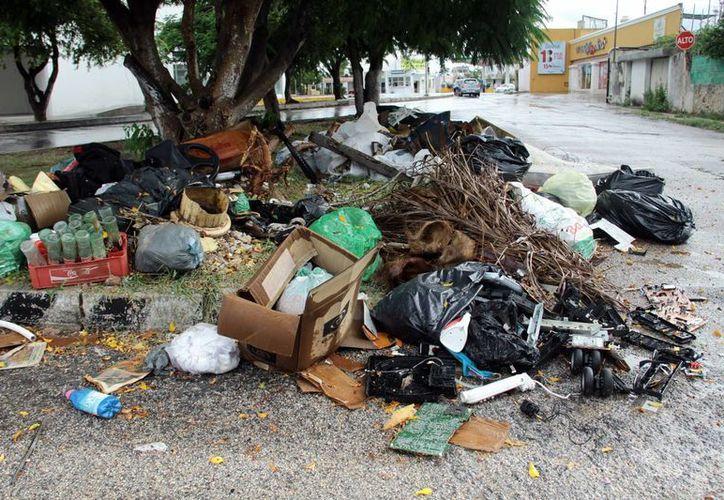 A unos días de que concluyó oficialmente la campaña de descacharrización masiva en la entidad, en algunas calles de la ciudad aún se pueden observar basura y objetos que podrían representar reservorios para la reproducción del mosquito Aedes aegypti. (Jorge Acosta/SIPSE)