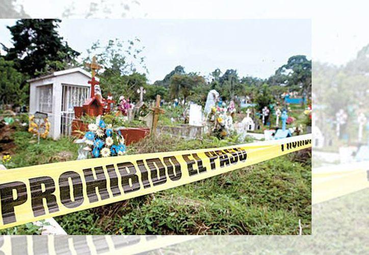 Peritos acordonaron la tumba en la que supuestamente estaban los restos de una persona fallecida en 2012. (Ariana Pérez/Milenio)