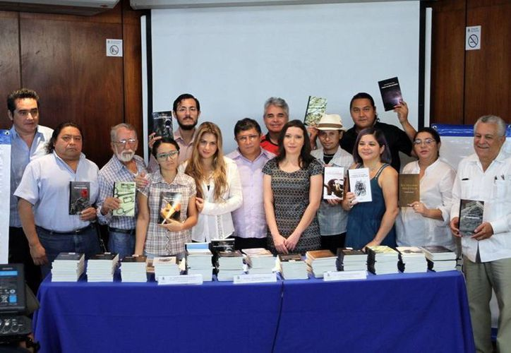 El Director de Cultura del Ayuntamiento de Mérida (c) entregó los libros. (Milenio Novedades)