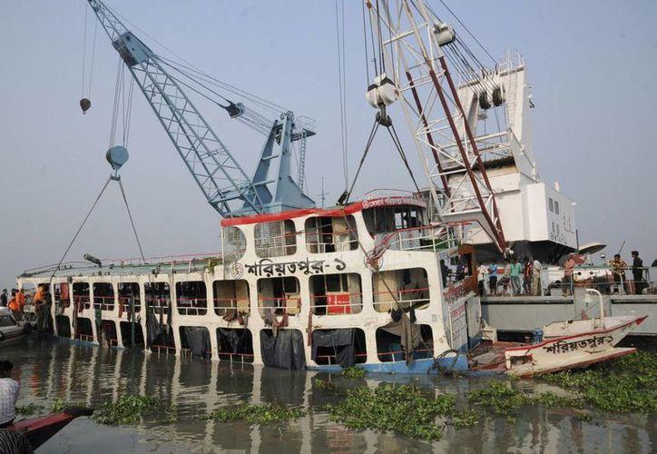 Reportan 12 muertos tras hundirse embarcación en Filipinas. Imagen de archivo de un ferry que naufragó, en Bangladesh. (EFE)