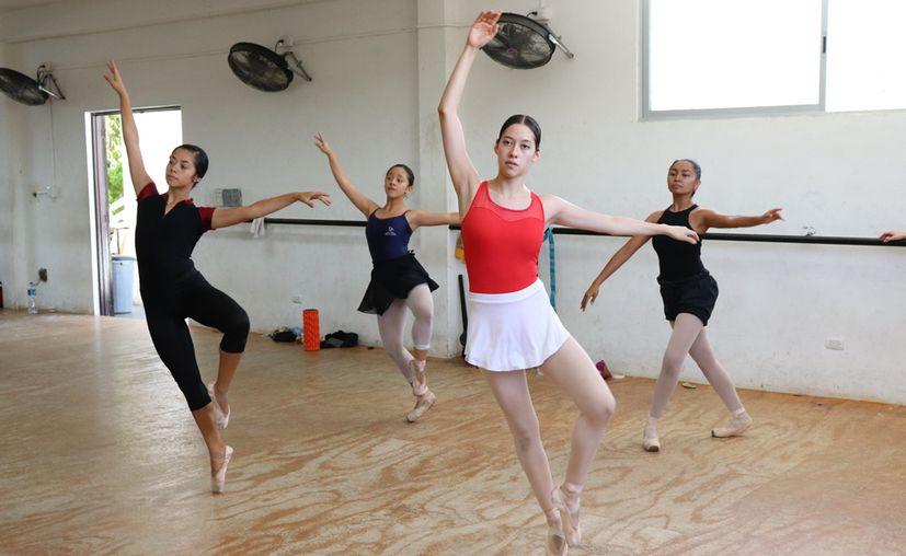 Bailarines yucatecos se preparan para una presentación. (Foto: Novedades Yucatán)
