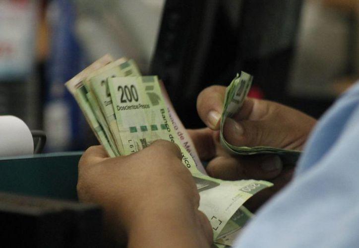 En los bancos hay cuentas para ahorrar, los requisitos son pocos y tienen seguro. (Victoria González/SIPSE)