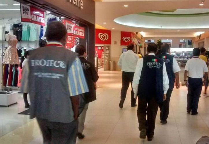 El titular de la Profeco recorrió este domingo centros comerciales en la Ciudad de México para verificar que se respeten las promociones por El Buen Fin. (Notimex)