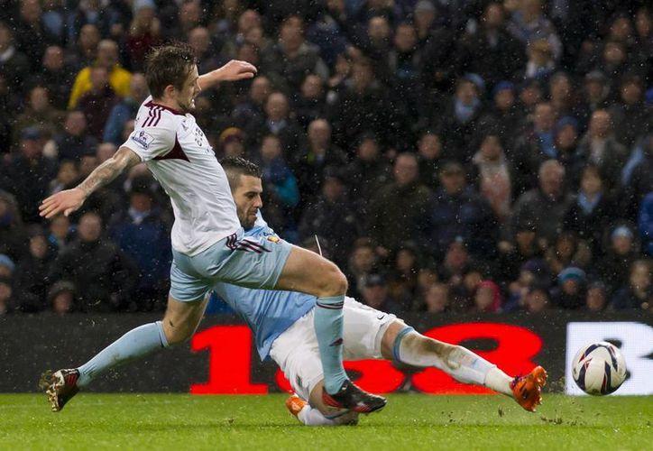 Alvaro Negredo (d) marca uno de los tres goles que recibió el West Ham. Edin Dzeko y Yaya Toure completaron la cuenta. (Agencias)