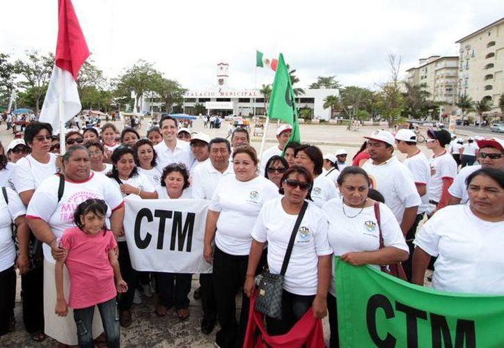 El alcalde y los afiliados a sindicatos que participaron en el desfile. (Cortesía/SIPSE)