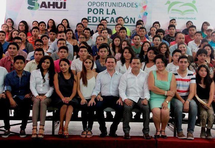 Mauricio Sahuí (c), titular de Desarrollo Social, durante el anuncio de la convocatoria del programa de Becas Universitarias 2016. (Foto cortesía del Gobierno Estatal)