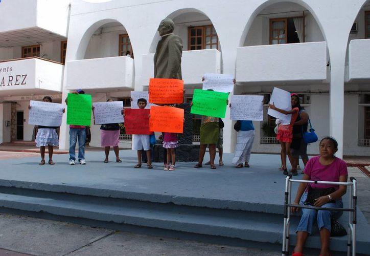 Los familiares de las internas en el Cereso de Chetumal recibieron la promesa del alcalde de Cancún de proporcionarles un abogado. (Tomás Álvarez/SIPSE)
