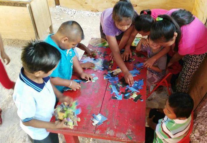 Ocho menores de edad que viven en la zona de invasión conocida como Las Torres, en Playa del Carmen, recibirán educación del IEEA. (Octavio Martínez/SIPSE)