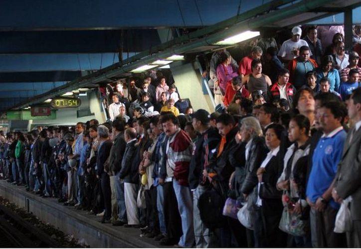 Ante la implementación del doble 'Hoy No Circula, los usuarios del metro en la Ciudad de México aumentó considerablemente. (twitter.com/oct_bolloa)