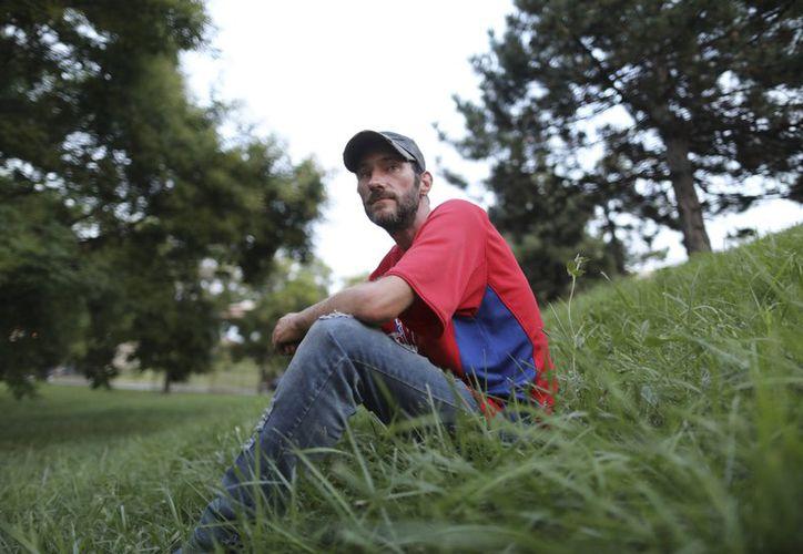 Johnny Bobbitt, el indigente cuya entrega generosa de sus últimos 20 dólares para que un automovilista varado en Filadelfia pudiera comprar gasolina le granjeó la atención del mundo.  (AP)