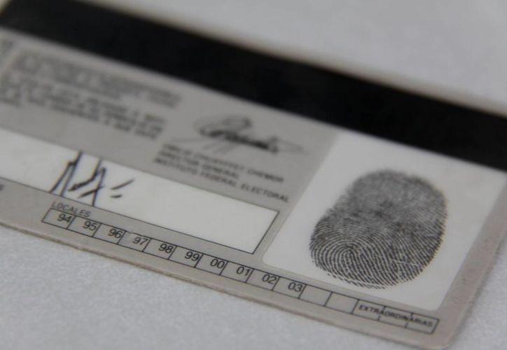 Con ocho medidas de seguridad adicionales a las 17 que tenían las anteriores credenciales (foto), pretenden aumentar la seguridad de las mismas. (Internet)