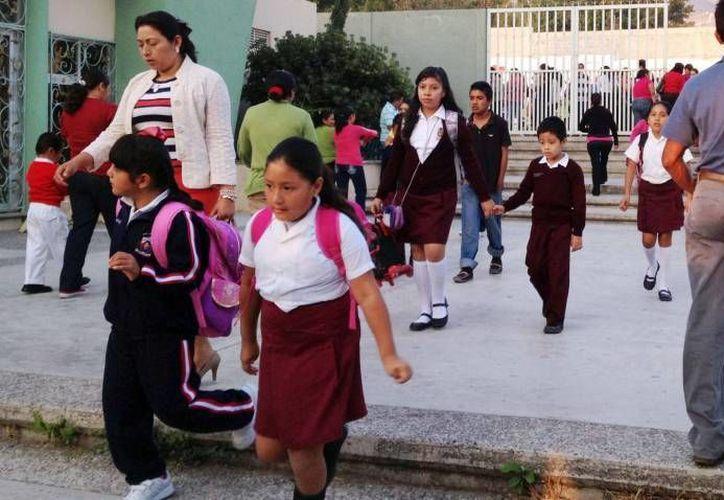 Son al menos 500 las escuelas que se quieren disolver con la guerra de Cué a los maestros que sí cumplen su trabajo, aseguró el titular de la sección 59 del SNTE. (Milenio/Foto de archivo)