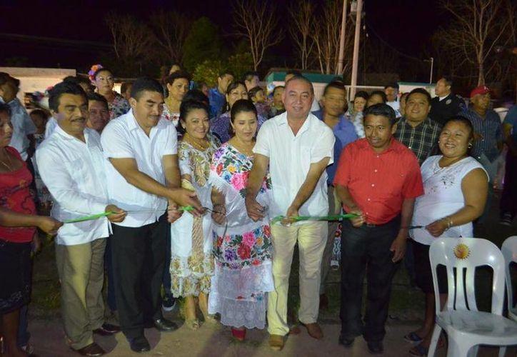 Autoridades municipales realizaron el corte del listón inaugural de las fiestas del poblado. (Cortesía/SIPSE)