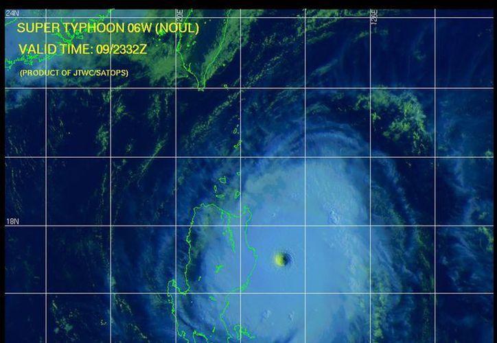 El tifón Noul, primero de la temporada en Filipinas, ha obligado al desalojo de miles de habitantes. (EFE)
