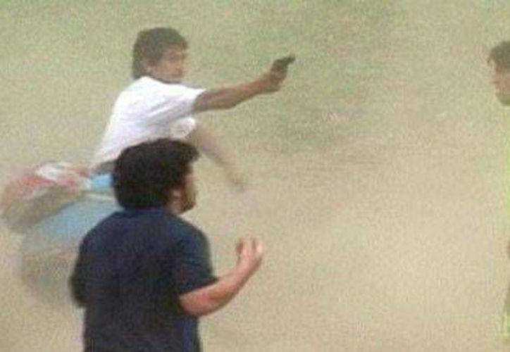 En un partido chileno entre Alianza el Patagual y Alianza San Rafael, el futbolista suplente Miguel Campos salió de la banca para amenazar d muerte con dos armas de fuego al árbitro. (Foto especial tomada de Milenio)