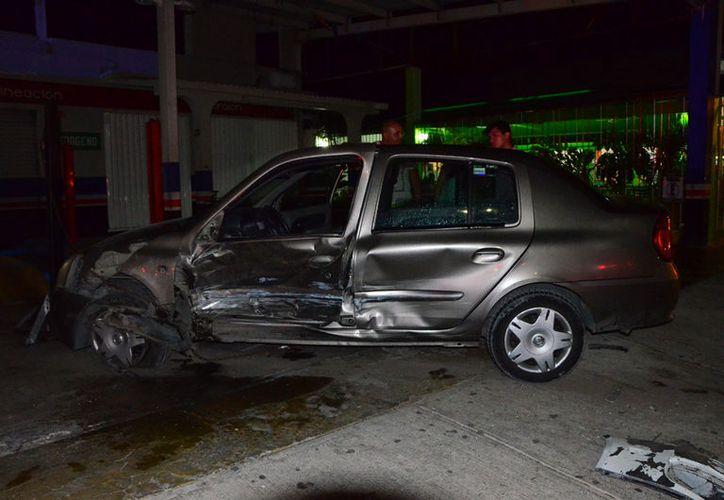 Uno de  los vehículos involucrados en el accidente. (Redacción/SIPSE).