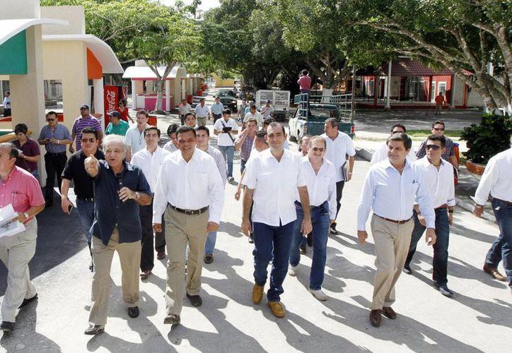 El gobernador Rolando Zapata, acompañado de funcionarios estatales, recorrió el recinto ferial. (Milenio Novedades)