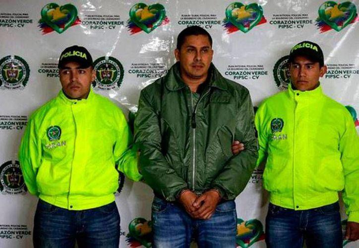 La policía de Colombia capturó a varios integrantes de las bandas criminales El Clan Usuga y  La Empresa. La imagen es de la captura de Juan Camilo Goez Ruiz, alias Dimas, jefe de finanzas del clan. La imagen fue tomada del sitio vanguardia.com.