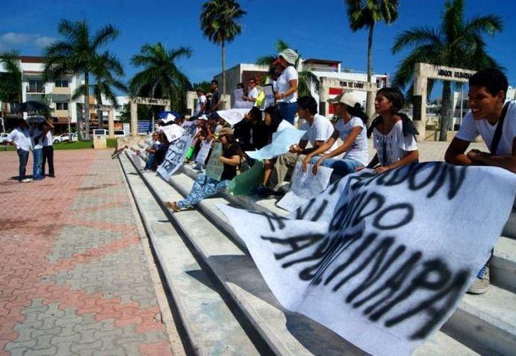 El grupo de universitarios atravesó ayer la ciudad por la avenida 30. Hoy volverán a marchar. (Daniel Pacheco/SIPSE)