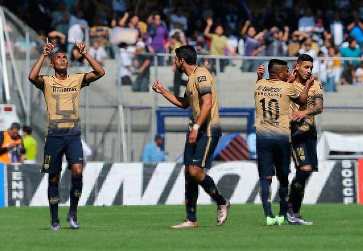 Jugadores de Pumas de la UNAM celebran el único tanto que le anotaron al Veracruz en los octavos de final del torneo Apertura 2015 de la Liga MX. Los felinos avanzaron y ahora esperan rival. (AP)