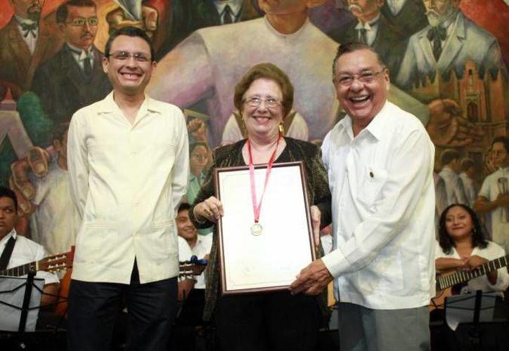 Enrique Martín Briceño (i), quien desde hoy es director general de la Esay, aparece en esta foto junto a María Teresa Herrera Albertos, investigadora yucateca al momento de recibir la medalla Ricardo Palmerín. (SIPSE)