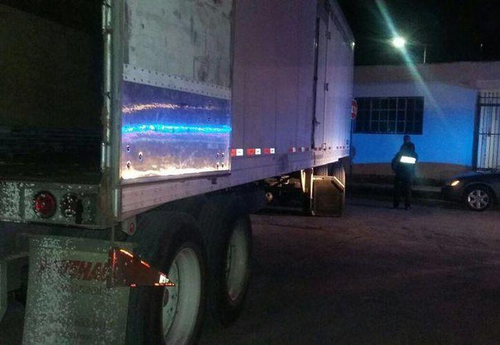 Un trailero chocó contra una vivienda de Cozumel, sufrió una embolia. (Redacción/SIPSE)