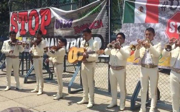 Los organizadores de la protesta eligieron el mariachi para la manifestación porque dijeron que es símbolo de la mexicanidad. (SDP Noticias)