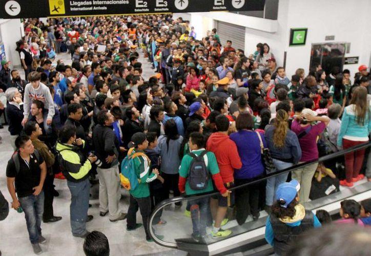 Miles de aficionados se quedaron con las ganas de saludar a la Selección Mexicana en el aeropuerto capitalino. (Notimex)